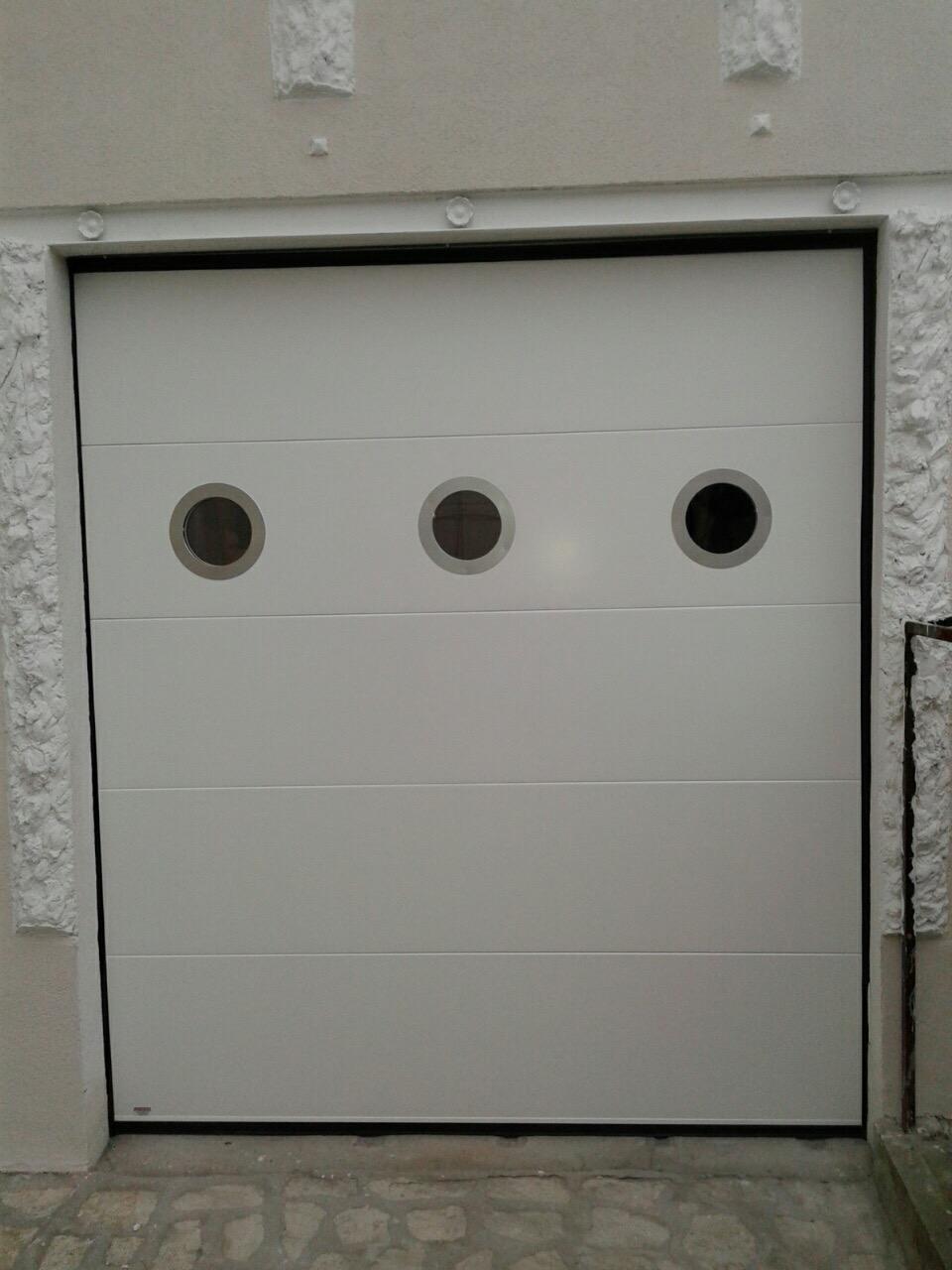 Porte residentielle lisse 9016 avec hublot alunox dim for Porte de garage sectionnelle lisse