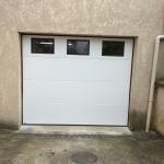 porte de garage lisse blanc avec hublot  91