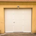 porte de garage blanche avec portillon