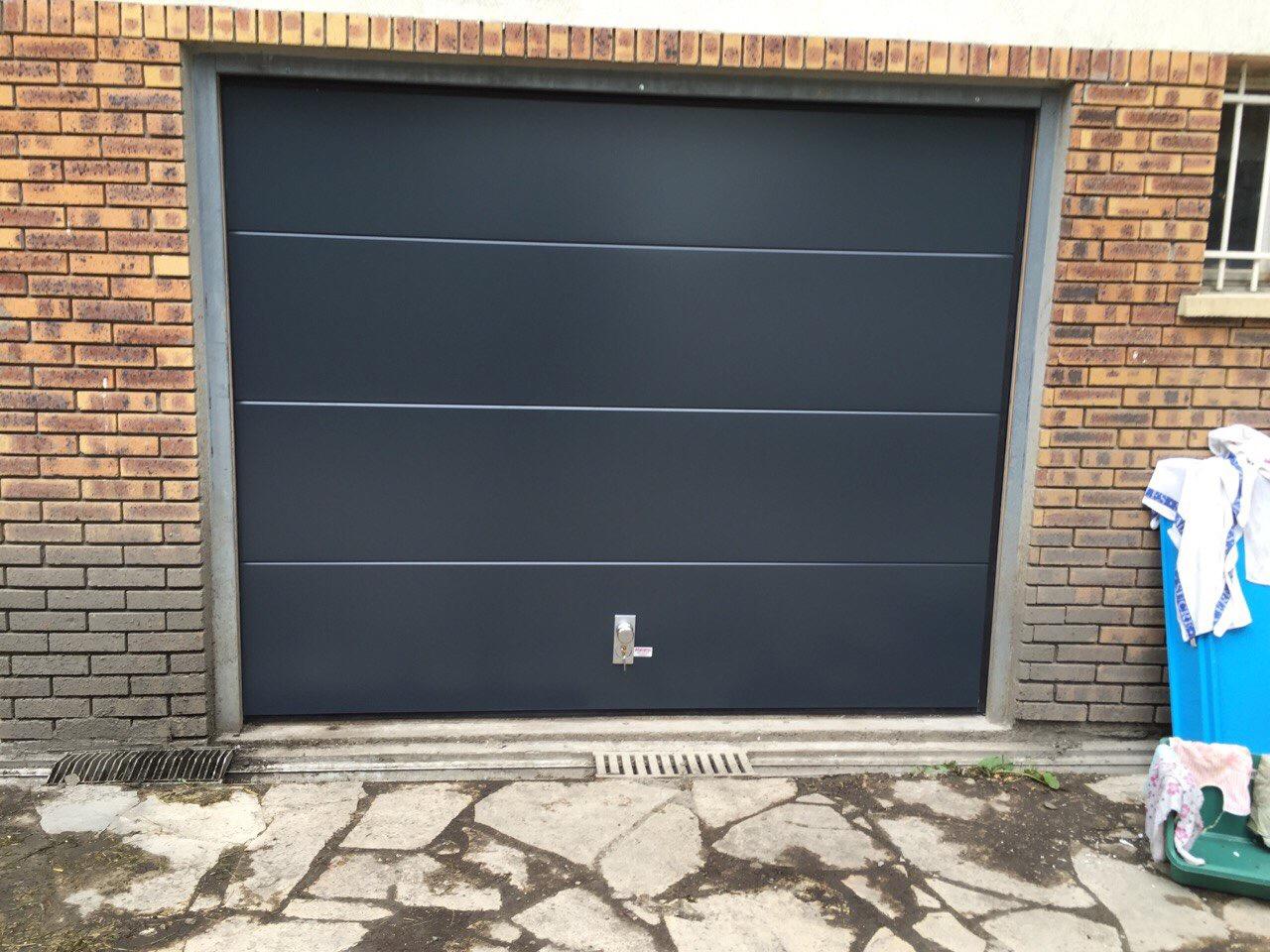 Porte de garage lisse ral 7016 crosnes portech for Porte de garage sectionnelle lisse