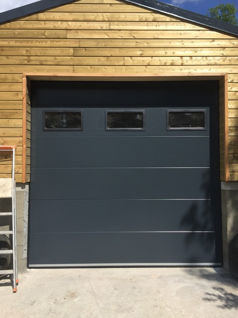 porte de garage lisse ral 7016 avec hublot portech. Black Bedroom Furniture Sets. Home Design Ideas