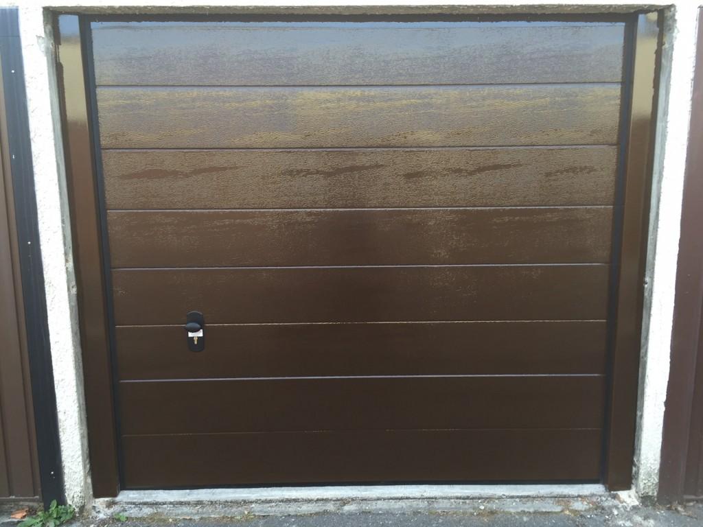 Porte sectionnelle wood grains ral 8014 avec portillon portech - Porte de garage sectionnelle woodgrain ...