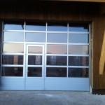Porte industrielle avec portillon et panneaux vitrés