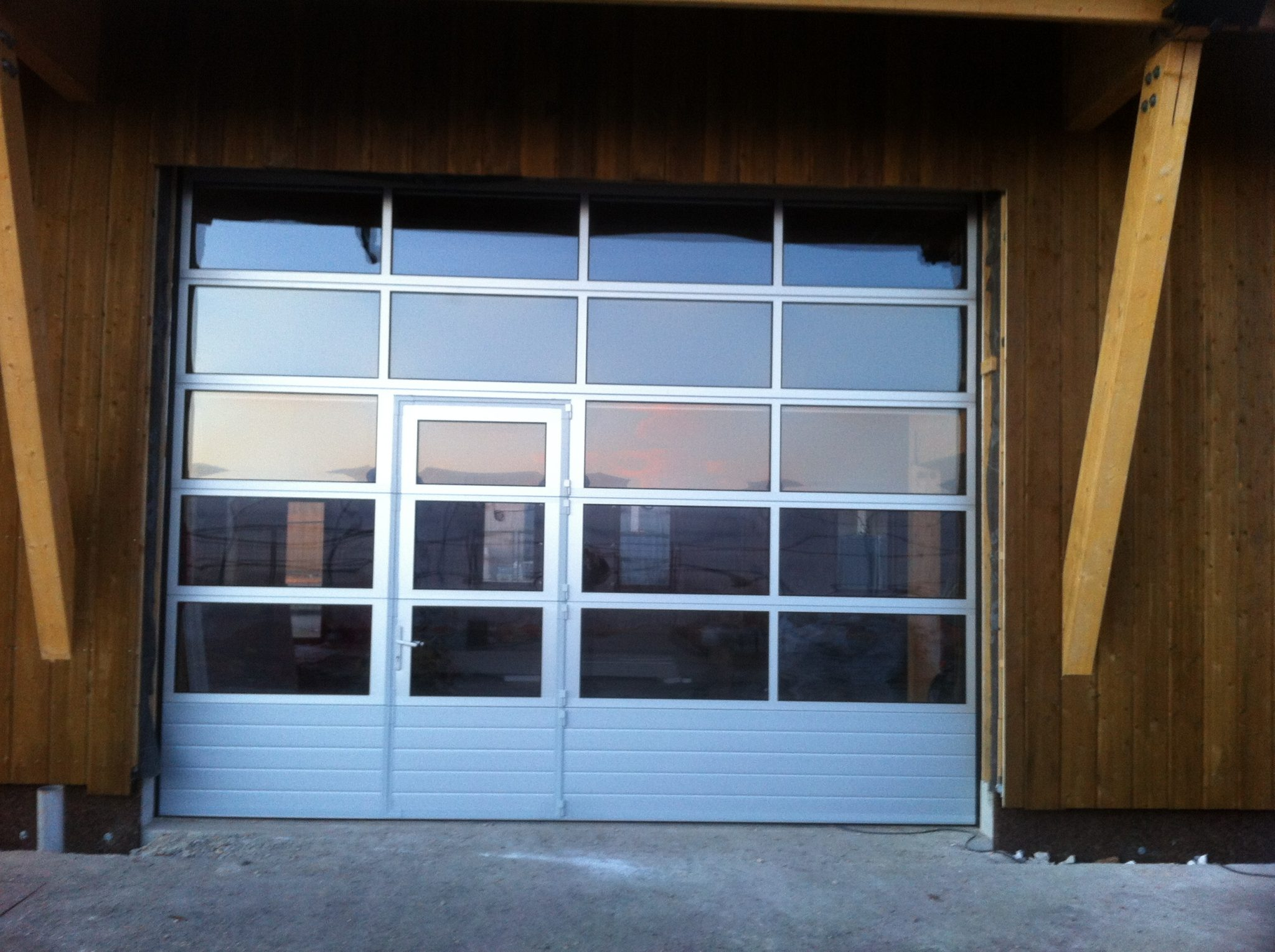 Portes sectionnelle industrielle sure mesure portech - Porte de garage sectionnelle avec porte ...