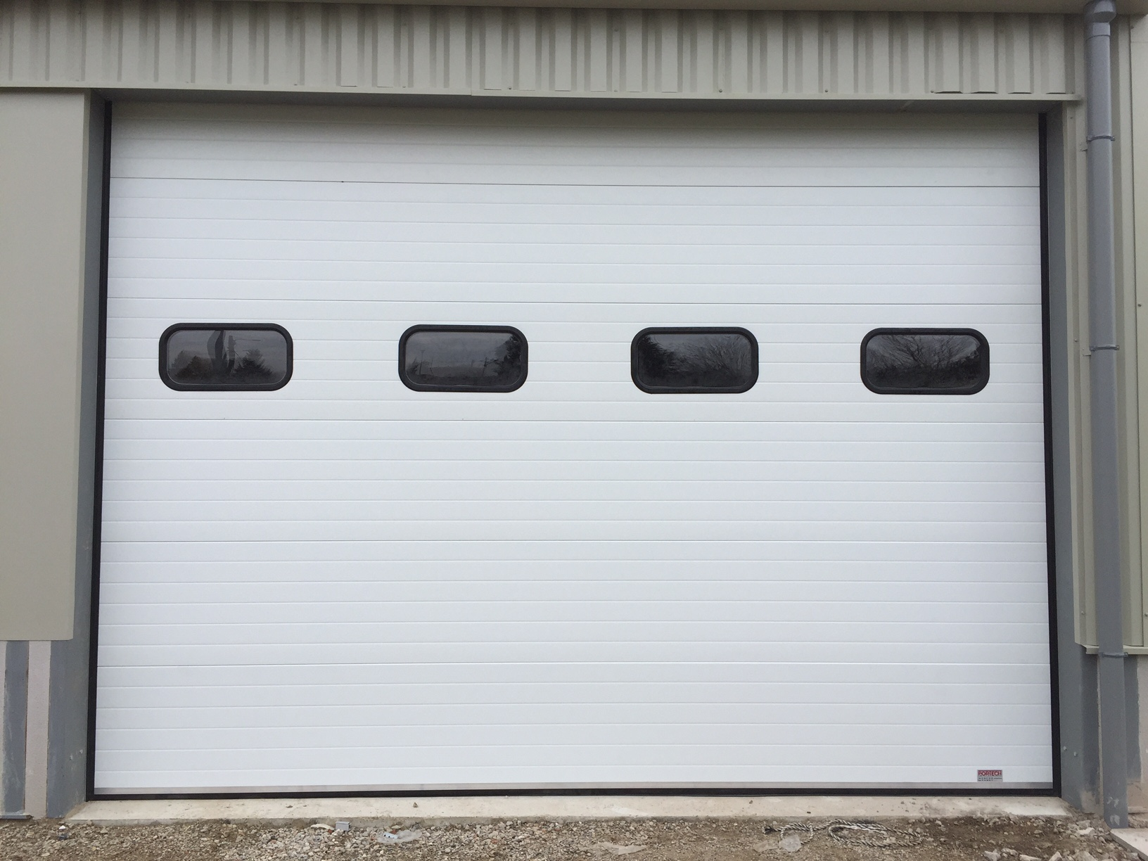 Portes sectionnelle industrielle sure mesure portech for Hublot porte garage sectionnelle