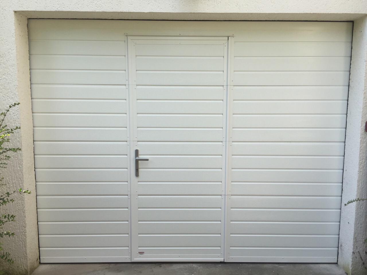 Portes de garage sectionnelle r sidentielle portech - Porte sectionnelle avec porte ...