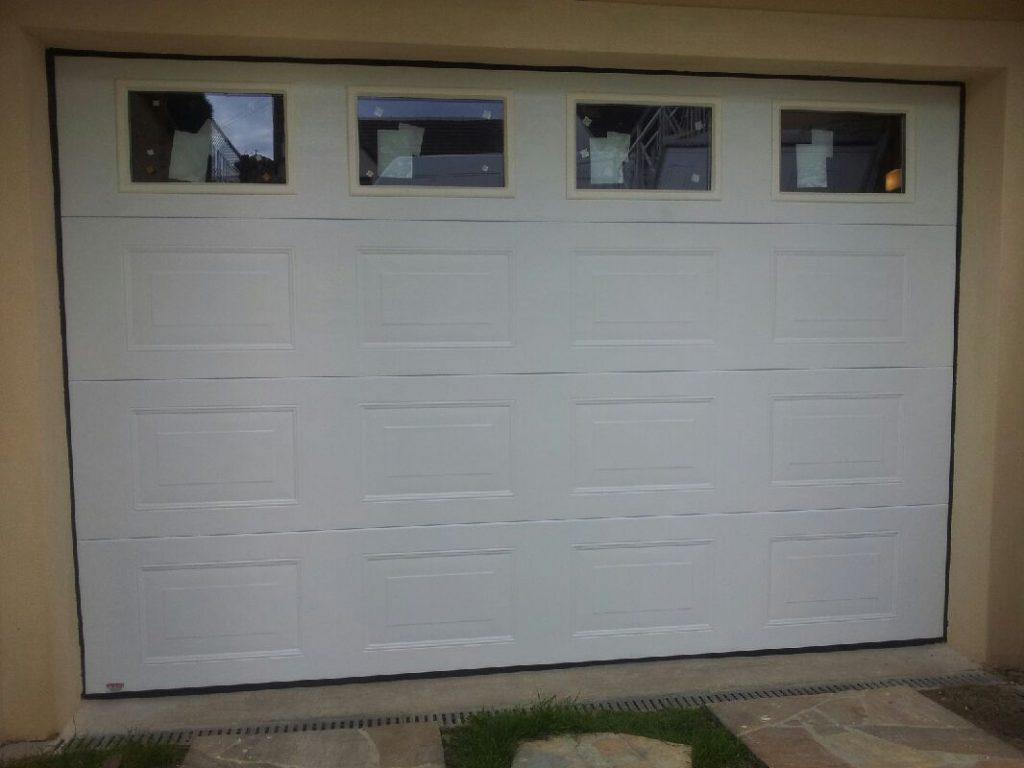 porte sectionnelle wood grains ral 8014 avec portillon portech. Black Bedroom Furniture Sets. Home Design Ideas