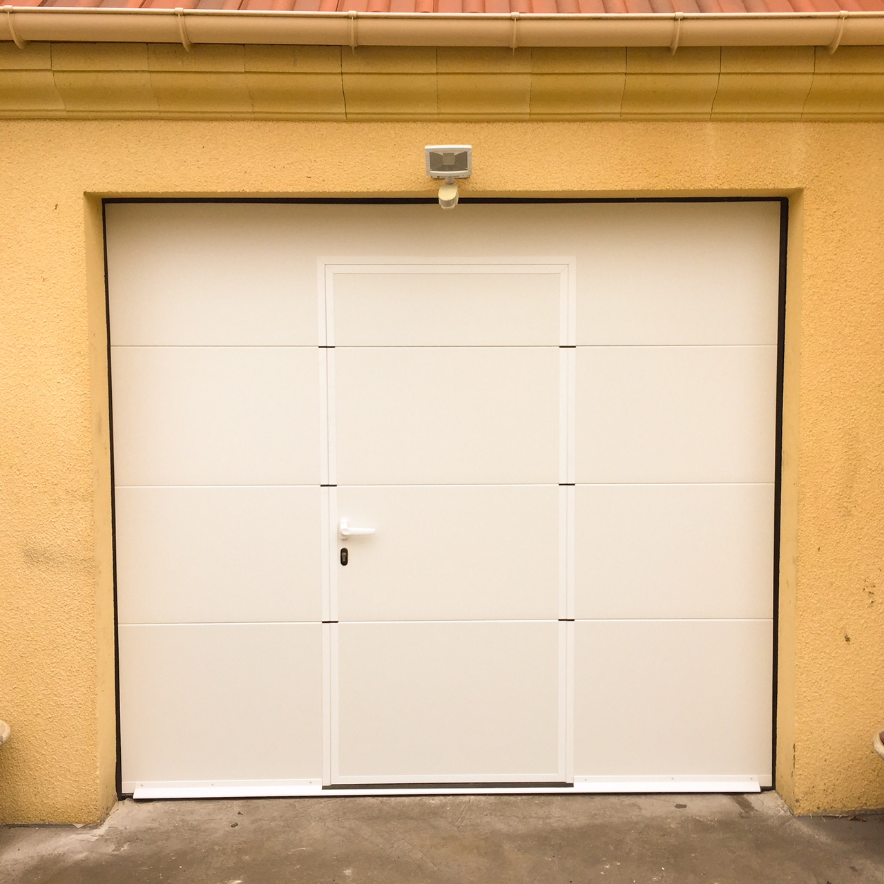 Porte sectionnelle lisse blanc avec portillon int gr - Porte de garage portillon integre ...