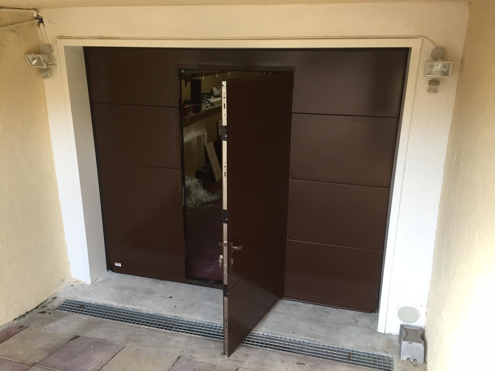 Porte sectionnelle lisse blanc avec portillon int gr for Porte de garage avec portillon integre occasion