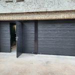porte de garage noir avec portillon